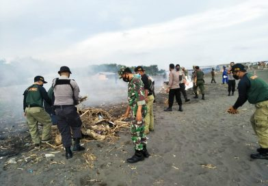 Anggota Kodim, Satradar, Polres, Satpol PP, Pol Airud dan Pokdarwis  Bersihkan Sampah di Laguna dan Pantai Glagah