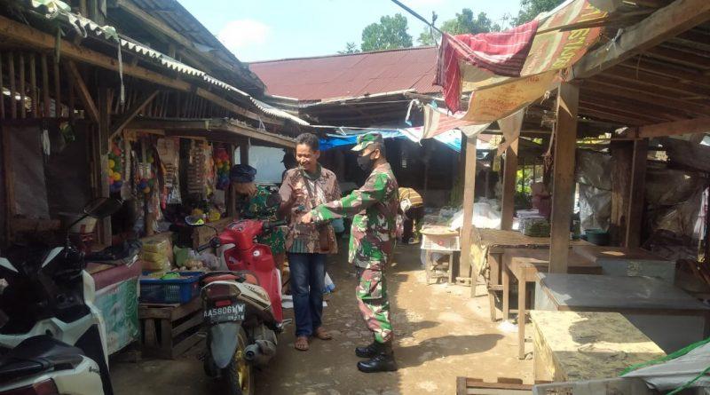 Dimasa Pandemi Covid-19 Babinsa Koramil 05/Karanggayam aktif Memantau Pasar